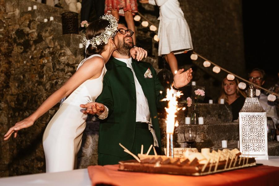 mariée embrasse marié gâteau torche lumineuse