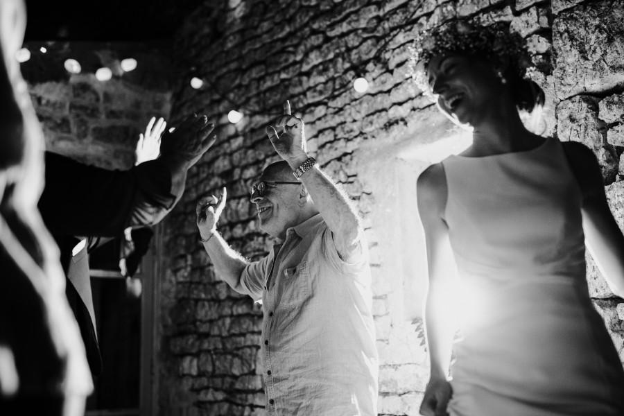 invités mariés dansent mariage noir et blanc