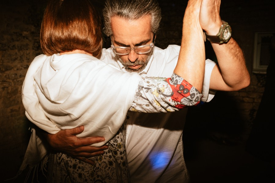 invités dansent tango bal mariage