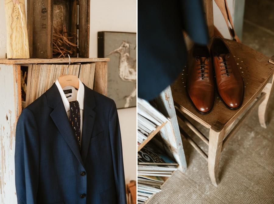 costume bleu marié cravate chaussures chaise