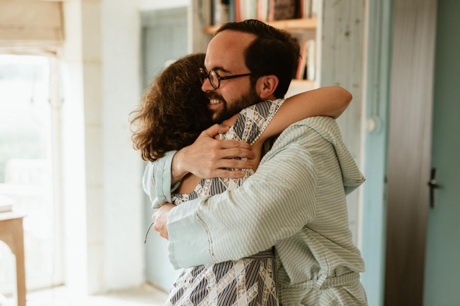 marié témoin embrassade enlacé