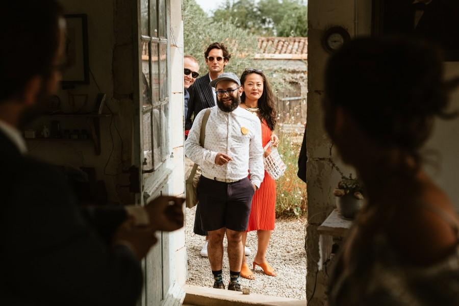 invités regardent préparatifs marié sourires