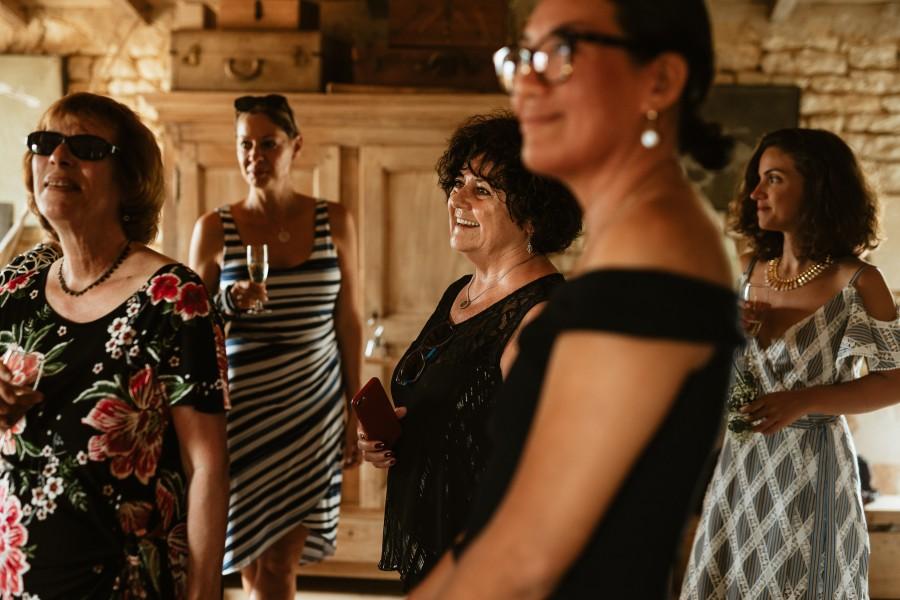 invités sourient préparatifs mariée