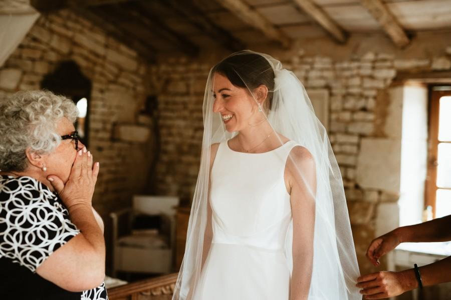 mariée mère émue sourire voile