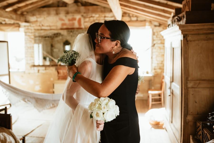 témoin mariée embrassade bouquets fleurs
