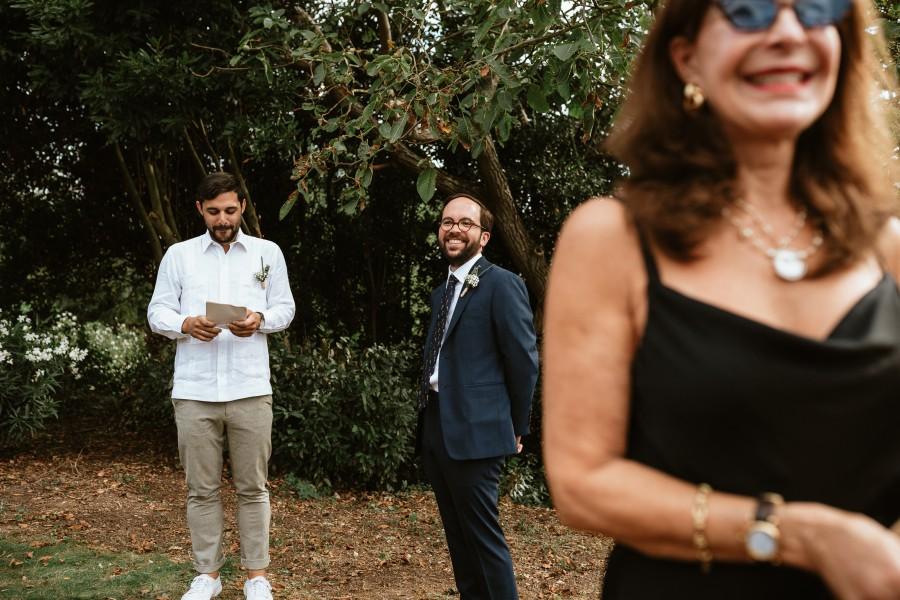 mariée sourit en voyant arrivée mariée