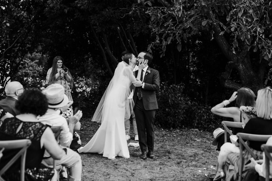 mariée embrasse marié cérémonie noir et blanc