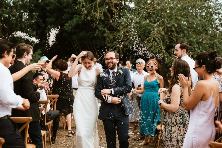 sortie mariés cérémonie riz jeté invités