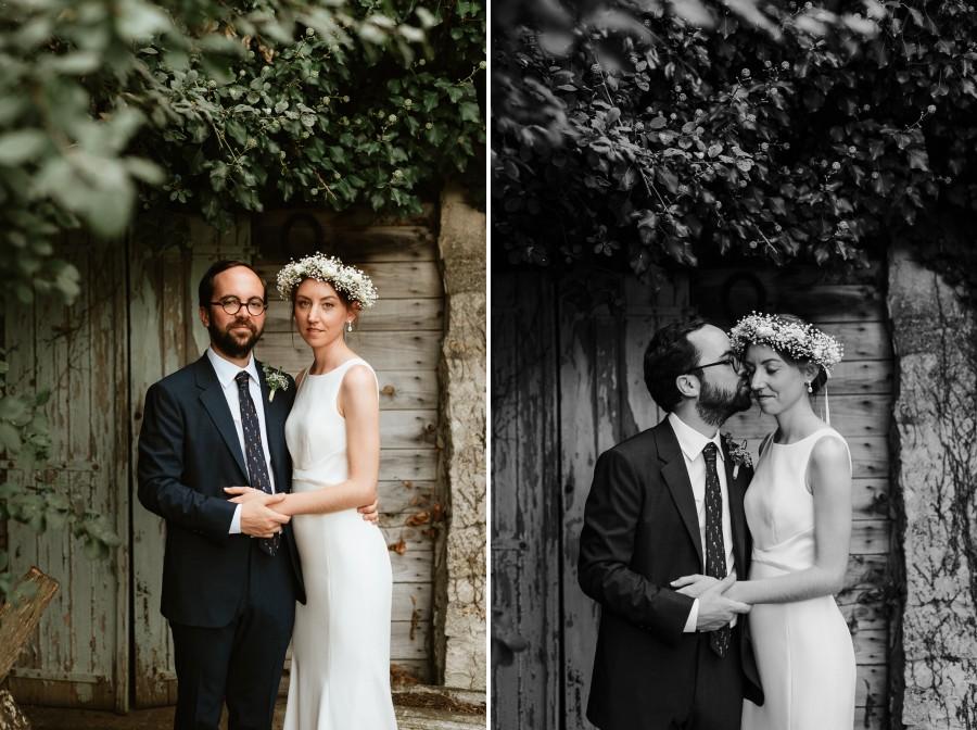 pose couple mariage mariés porte bois baiser lierre