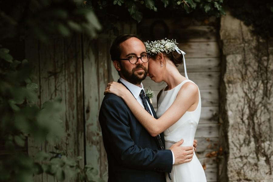 pose intime séance couple mariage couronne fleurs
