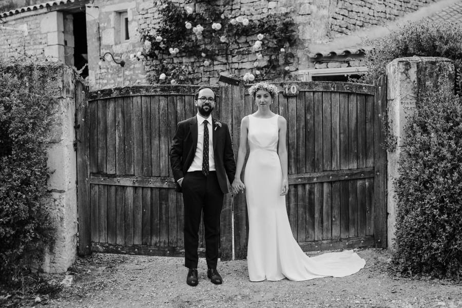 couple mariés portail maison pierre noir et blanc