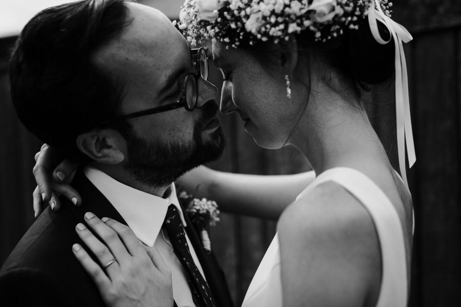 mariés s'embrassent noir et blanc lumière douce