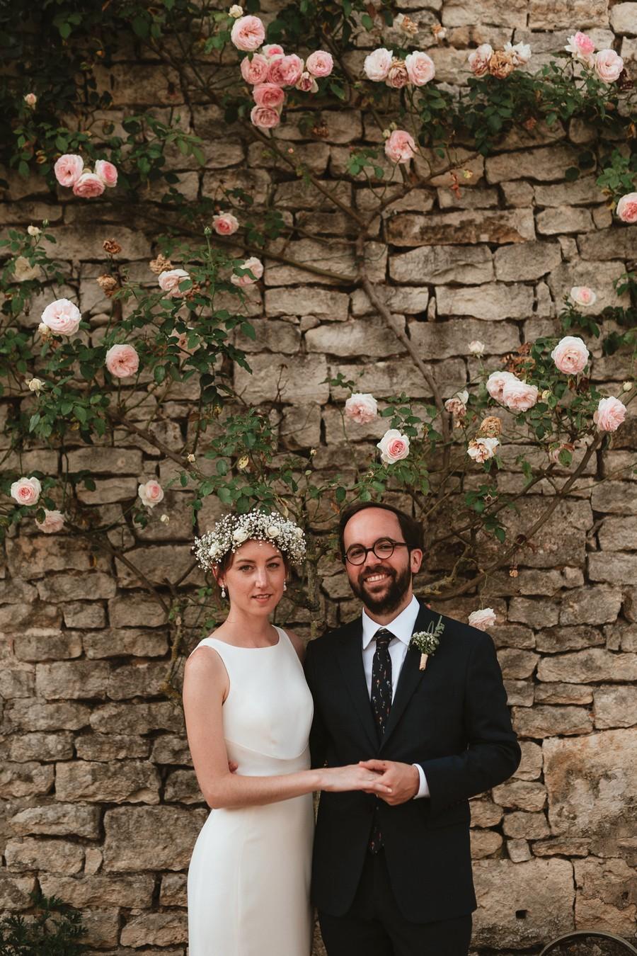 couple mariés rosier mur pierre
