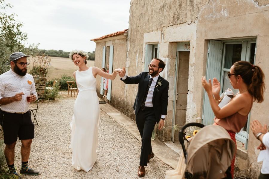 mariés arrivent cocktail sourire applaudissements