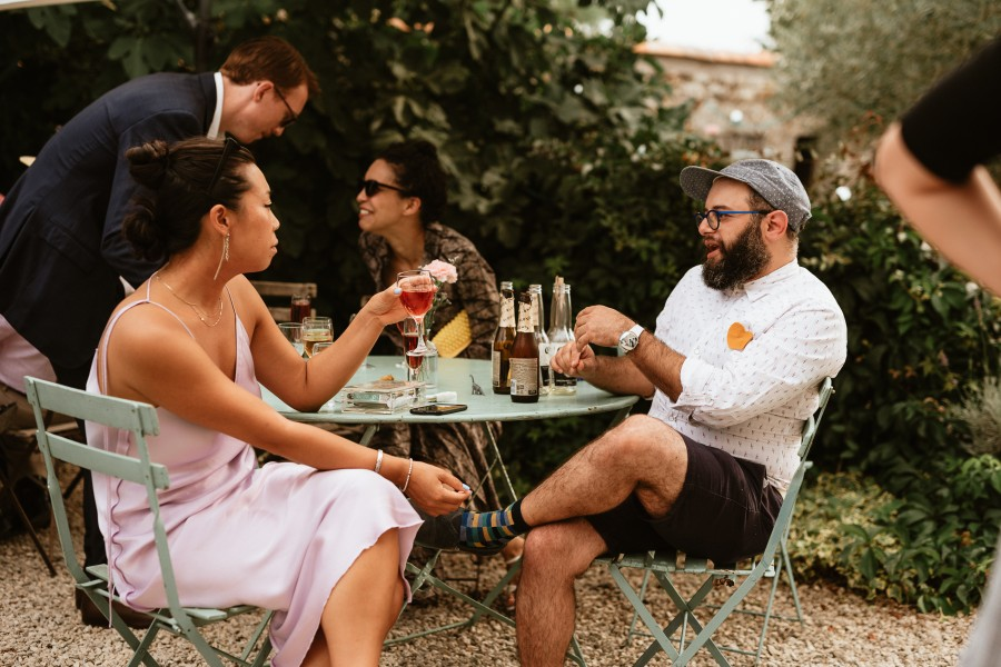 invités discutent cocktail verre table fer forgé
