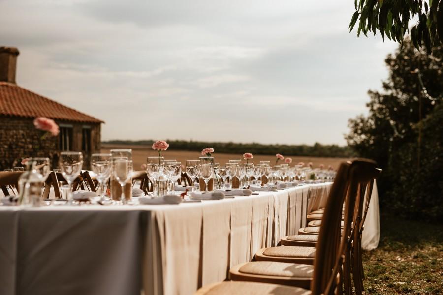 réception mariage tables extérieur verres bouquets fleurs
