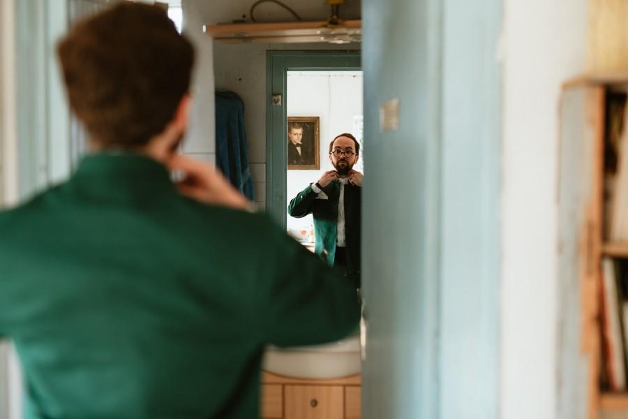 préparatifs marié costume vert miroir