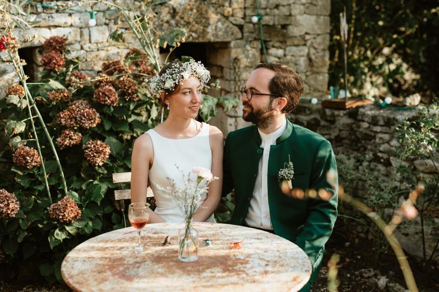 séance couple mariés assis table fer forgé