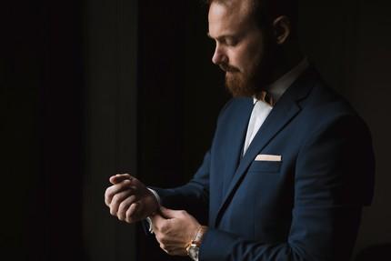preparatifs marié costume bleu boutons manchette